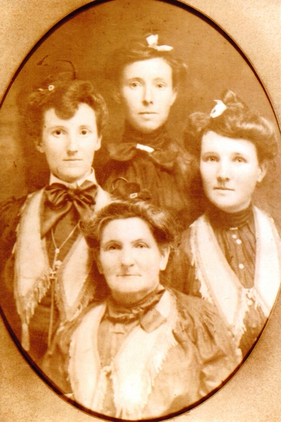 Mary Jane Stewart Boatwright and her 3 daughters, (left to right) Emma, Lula, Myrtle