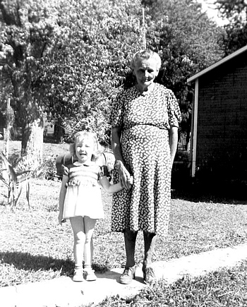 Minnie Evelyn Sweazea Boatwright and granddaughter